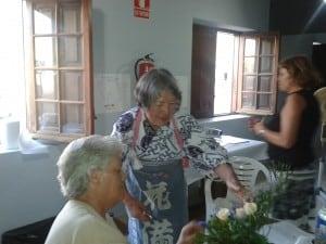 La profesora Katsuko Mizokami da instrucciones a una de las alumnas